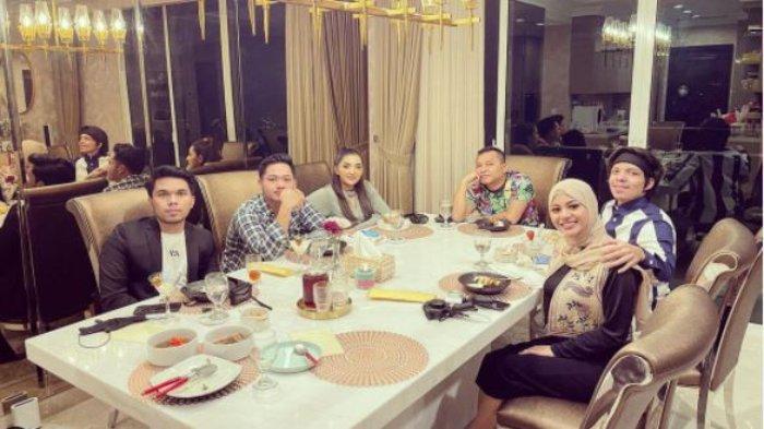 Aurel dan Atta Halilintar makan bersama keluarga Anang yang akan berangkat ke Dubai, Minggu (9/5/2021)