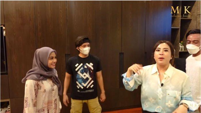 Aurel Hermansyah, Atta Halilintar, Maharani Kemala, dan Dewa Gede Adiputra di kamar sang YouTuber, Selasa (22/6/2021). Maharani Kemala membongkar isi lemari Atta dan Aurel.