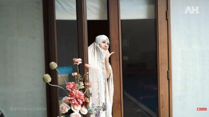 Aurel Hermansyah bercakap-cakap Atta Halilintar yang sedang berjemur di balkon kamar atas, Selasa (27/4/2021).
