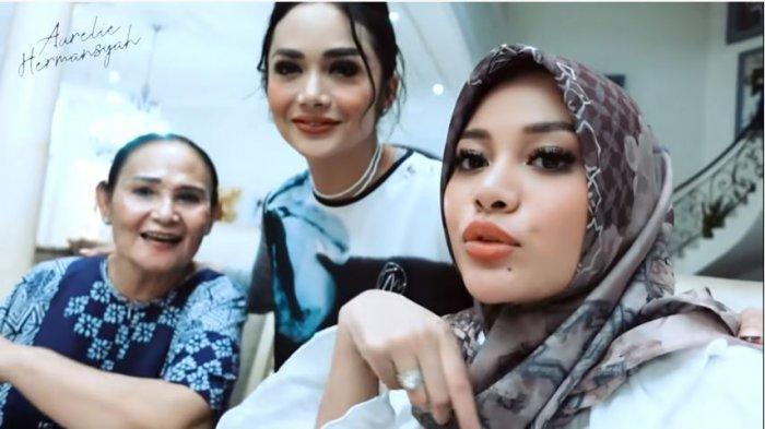 Aurel Hermansyah bersama ibu kandungnya, Krisdayanti dan neneknya, Rochma Widadiningsih, Selasa (11/5/2021).