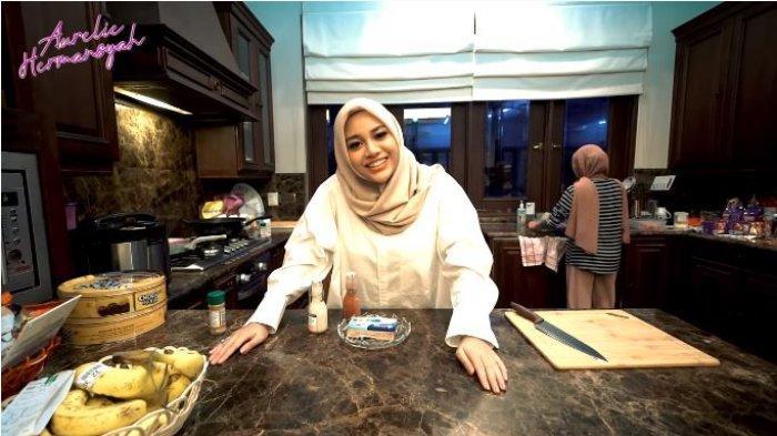 Aurel Hermansyah bersiap di dapur untuk memasak makanan bagi Atta Halilintar, Kamis (6/5/2021).