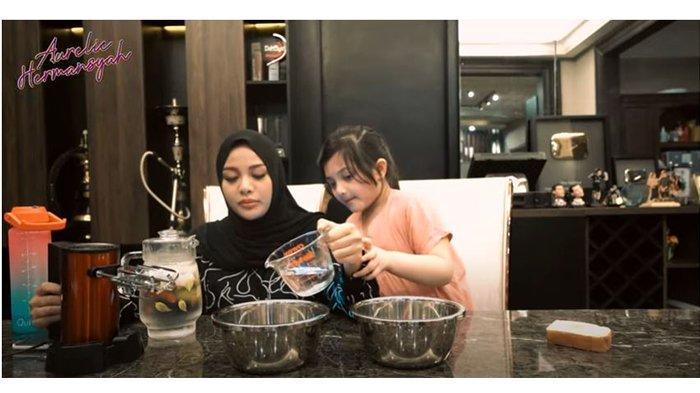 Aurel Hermansyah dan Arsyi saat membuat es krim roll dalam kanal YouTube Aurelie Hermansyah pada Rabu (30/6/2021).