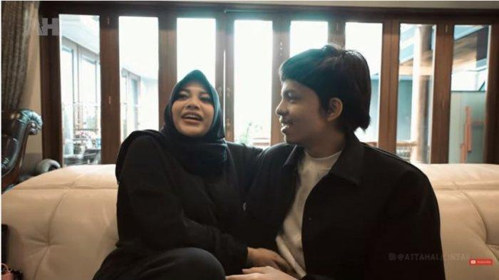 Aurel Hermansyah dan Atta Halilintar berbincang sebelum berangkat babymoon ke Bandung, Jawa Barat, Rabu (15/9/2021).