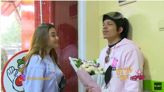 Penyanyi Aurel Hermansyah dan YouTuber Atta Halilintar dalam tayangan YouTube TRANS TV Official, Selasa (13/10/2020). Atta mengulang adegan romantis saat melamar Aurel.