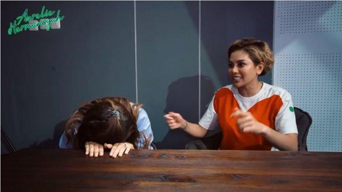 Aurel Hermansyah (kiri) dan Nikita Mirzani dalam tayangan di kanal YouTube Aurelie Hermansyah, Kamis (22/10/2020). Nikita beberkan soal urusan ranjang hingga buat Aurel malu.