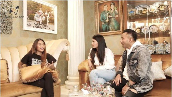 Penyanyi Aurel Hermansyah (kiri) menuturkan awal hubungannya dengan kekasihnya, Atta Halilintar, pada Duma Riris (tengah) dan suaminya, Judika.
