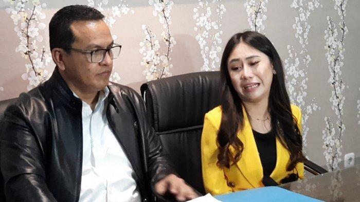 Ayu Thalia bersama kuasa hukumnya Rudi Kabunang di kawasan Dharmawangsa, Jakarta Selatan, Rabu (1/9/2021).