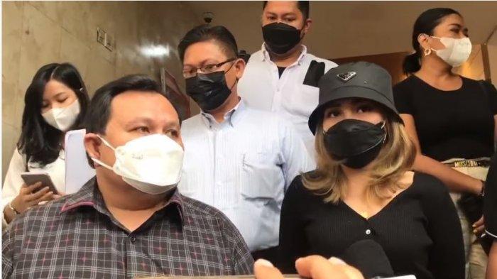 Ayu Ting Ting memenuhi panggila Polda Metro Jaya didampingi kuasa hukumnya, Minola Sebayang, Selasa (31/8/2021).