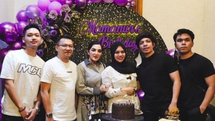 (Dari kiri ke kanan) Azriel Hermansyah, Anang Hermansyah, Ashanty, Aurel Hermansyah, Atta Halilintar dan Thariq Halilintar dalam pesta perayaan ulang tahun Aurel, Minggu (10/7/2021).