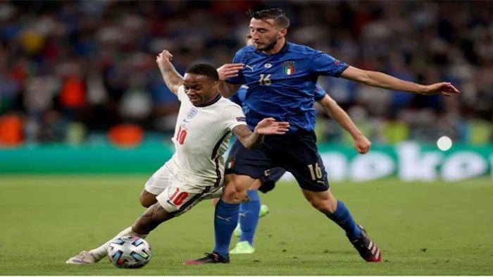 Pemain Italia berduel dengan Raheem Sterling pada babak kedua final EURO 2020 di Stadion Wembley, London, Senin (12/7/2021).