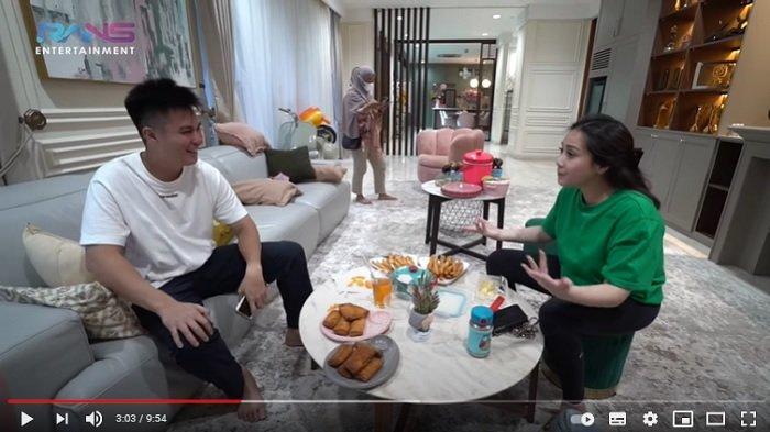 Baim Wong dan Paula Verhoeven membawakan oleh-oleh untuk Nagita Slavina