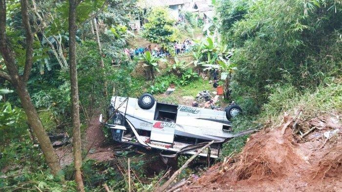 Bangkai Bus pariwisata Sri Padma Kencana yang mengalami kecelakaan maut masuk jurang di Tanjakan Cae Sumedang, Rabu (10/3/2021).