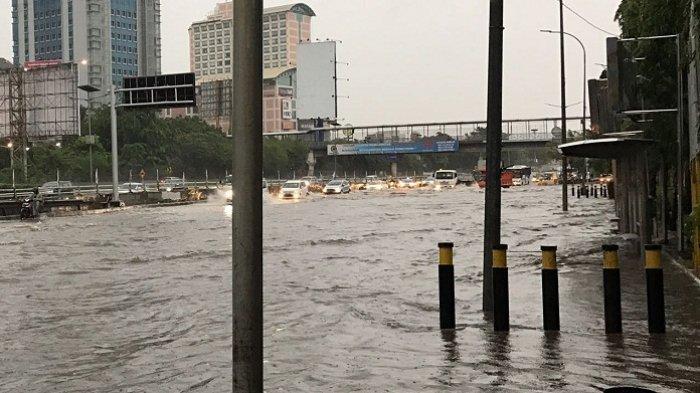 Duh, Ada 'Bidadari Banjir' di Jalanan, Bening Banget!