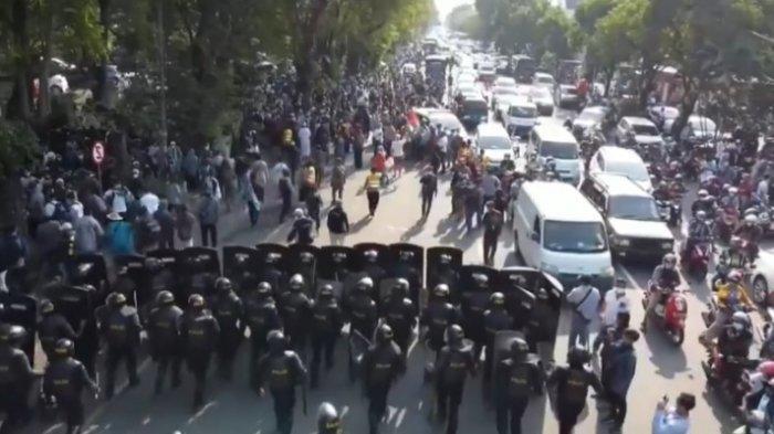 Barikade Polresta Surakarta saat membubarkan massa aksi solidaritas untuk Palestina di Bundaran Gladag, Surakarta, pada Jumat