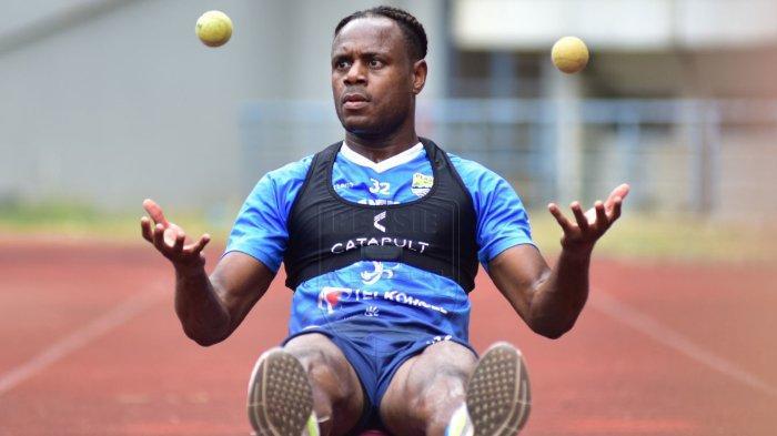Bek tengah Persib Bandung Victor Igbonefo melakukan latihan di Stadion Gelora Bandung Lautan Api (GBLA).