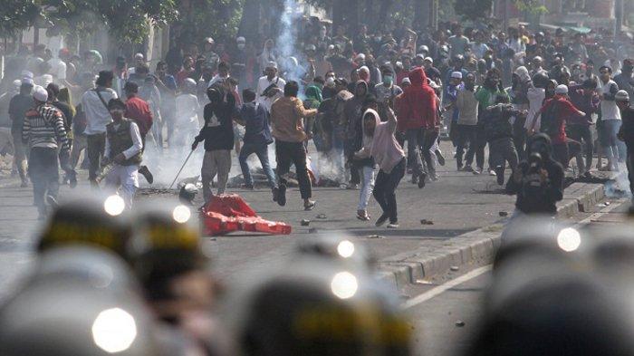 Massa aksi terlibat bentrokan dengan aparat Kepolisian di kawasan Petamburan, Jakarta Pusat, Rabu (22/5/2019). Massa aksi yang sebelumnya berunjuk rasa di depan Bawaslu, menyerang asrama Brimob Petamburan, dan membakar beberapa kendaraan.
