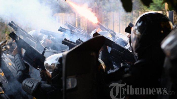 Petugas kepolisian terlibat bentrok dengan massa di kawasan Tanah Abang, Jakarta Pusat, Rabu (22/5/2019). Bentrokan antara polisi dan massa terjadi dari dini hari hingga pagi hari.