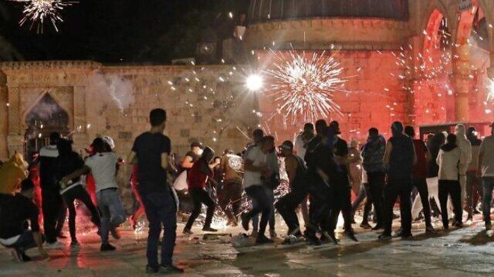 Bentrok terjadi antara pengunjuk rasa Palestina dan aparat keamanan Israel di Masjid Al-Aqsa, Yerusalem, Jumat (7/5/2021).