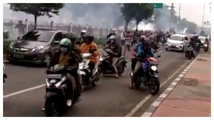 Bentrokan antara massa simpatisan Rizieq Shihab dan polisi sempat terjadi di Jalan I Gusti Ngurah Rai tepatnya dekat flyover Pondok Kopi, Jakarta Timur pada Kamis (24/6/2021) pagi.