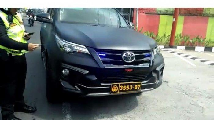 Polres Bogor Berhasil Menindak Pelajar yang Ugal-ugalan di jalan Puncak Pakai Mobil Berpelat Nomor Dewa.