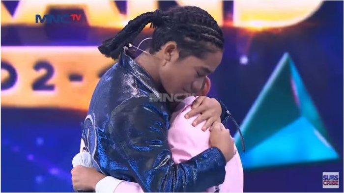 Betrand Peto menangis dan memeluk adiknya, Kevin, yang dihadirkan sebagai kejutan dalam acara Kilau Konser Betrand Peto Jili 2, Jumat (4/12/2020)