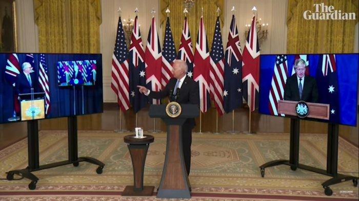 Presiden Joe Biden menunjuk Perdana Menteri Australia, Scott Morrison dalam konferensi pers virtual pengumuman pakta keamanan Aukus pada Rabu (15/9/2021).