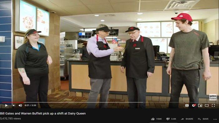Bill Gates dan Warren Buffet belajar menjadi pegawai restoran cepat saji Dairy Queen. (Capture YouTube Bill Gates)
