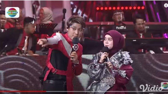 Rizky Billar terlihat tak senang ketika Lesti berlama-lama memuji penampilan Harisuddin di acara LIDA 2020 Indosiar, Senin (28/9/2020). (YouTube Indosiar)