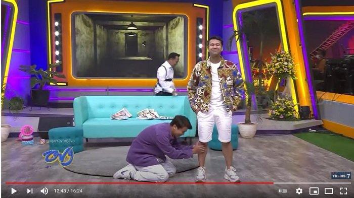 Billy Syahputra bersimpuh di kaki Raffi Ahmad (YouTube/TRANS7 OFFICIAL)