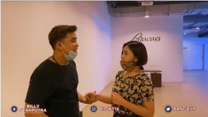 Presenter Billy Syahputra dan  kekasihnya, Amanda Manopo dalam tayangan di kanal YouTube Billy Syahputra, Selasa (8/9/2020). Billy meminta Amanda untuk memilih apartemen yang akan dibeli.