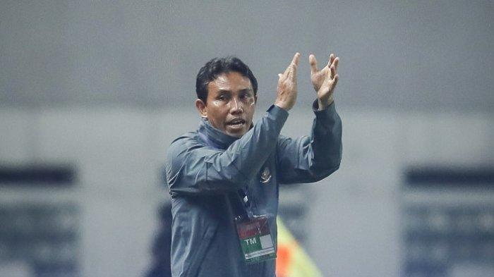 Asisten pelatih timnas U-23 Indonesia, Bima Sakti, tengah memberikan instruksi dalam laga uji coba kontra timnas U-23 Suriah di Stadion Wibawa Mukti, Cikarang, Jawa Barat, Kamis (16/11/2017).