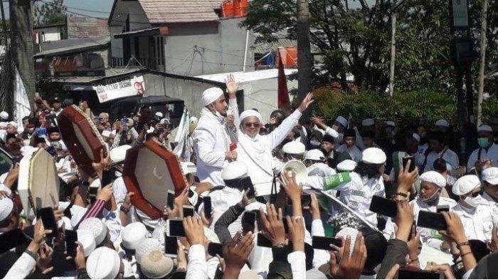 Kedatangan Pemimpin Front Pembela Islam (FPI) Habib Rizieq di Puncak Bogor disambut ribuan simpatisan, Jumat (13/11/2020).