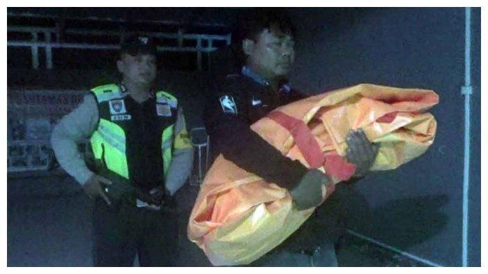 Polisi mengevakuasi jasad bayi 7 bulan yang ditusuk oleh ayahnya di Blitar Sbatu (16/2/2019)