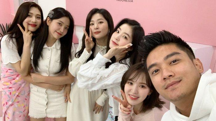 Boy William berfswafoto bersama Irene, Yeri, Joy, Seul-gi dan Wendy Red Velvet
