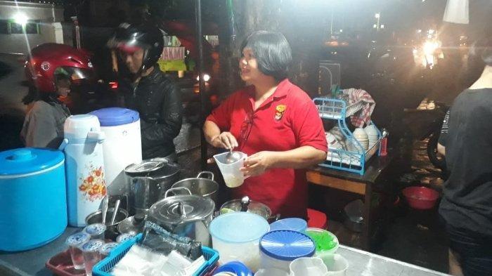 Bu Halim (baju merah) saat melayani pembeli 'Wedangan Sik'.