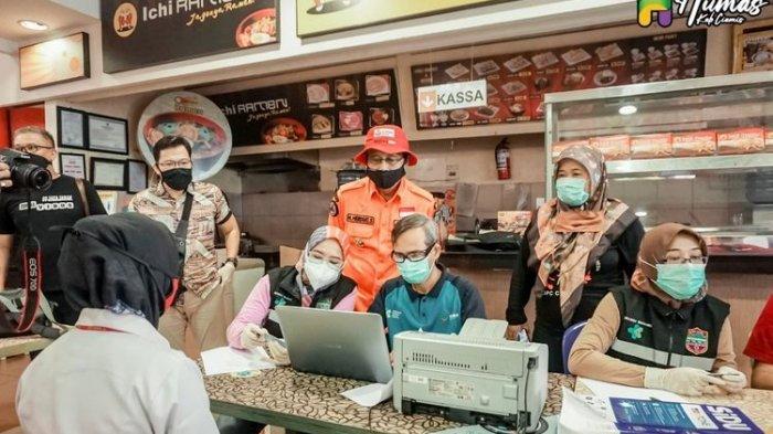 Bupati Ciamis (baju oranye) Herdiat Sunarya memantau jalannya tes Swab terhadap karyawan Yogya Dept Store Ciamis, Jumat (29/5/2020).