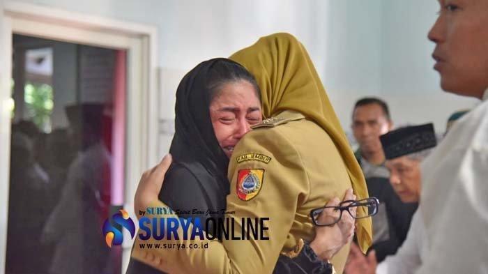 Bupati Jember Faida memeluk penyanyi Dewi Perssik saat melayat ke rumah duka