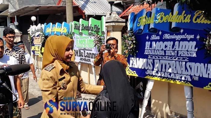 Bupati Jember Faida melayat ke rumah duka ayahanda Dewi Perssik