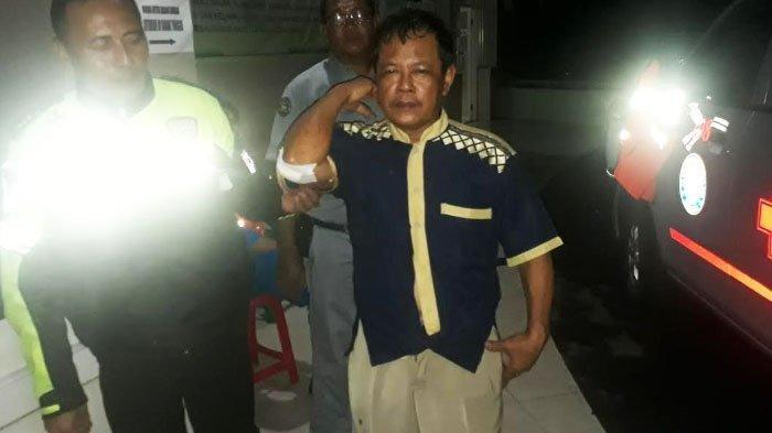 Samsudi sopir bus pariwisata (baju batik) dimintai keterangan oleh polisi di IGD RSUD Ibnu Sina Gresik, Minggu (28/4/2019).