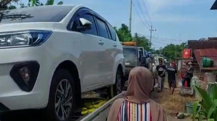 Capture video viral warga Desa Sumurgeneng, Kecamatan Jenu, Kabupaten Tuban, beli mobil ramai-ramai, Selasa (16/2/2021).