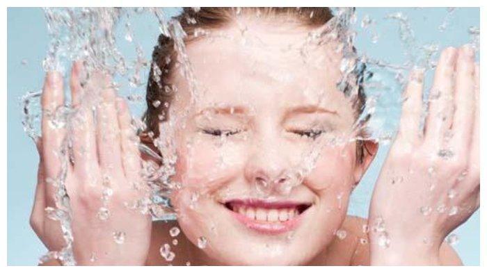 Cara redakan mata lelah dengan cuci muka dengan air dingin