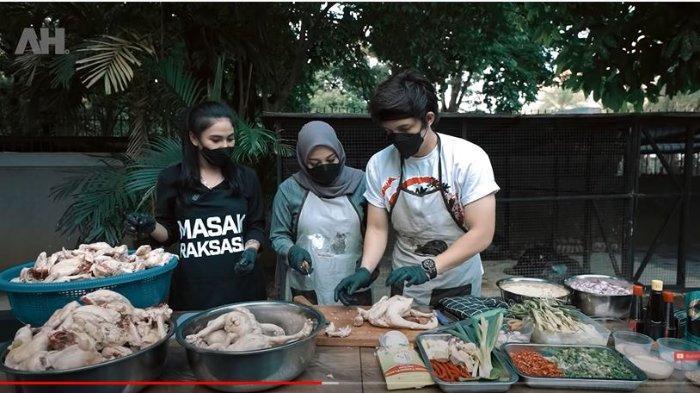 Masak 200 Ekor Ayam dengan Aurel Hermansyah, Atta Halilintar Kecapekan saat Ngaduk Ayam