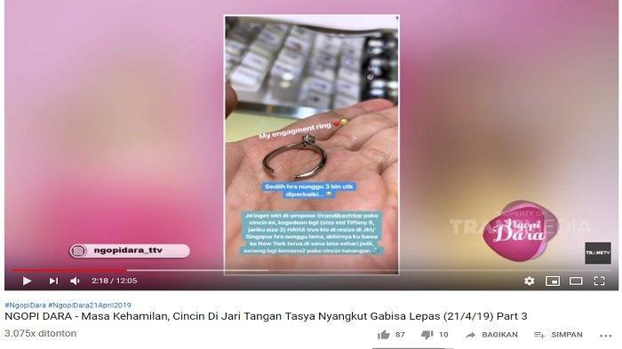 Cincin pernikahan Tasya yang akhirnya di potong, supaya dapat terlepas dari jarinya yang menggemuk akibat kehamilannya.