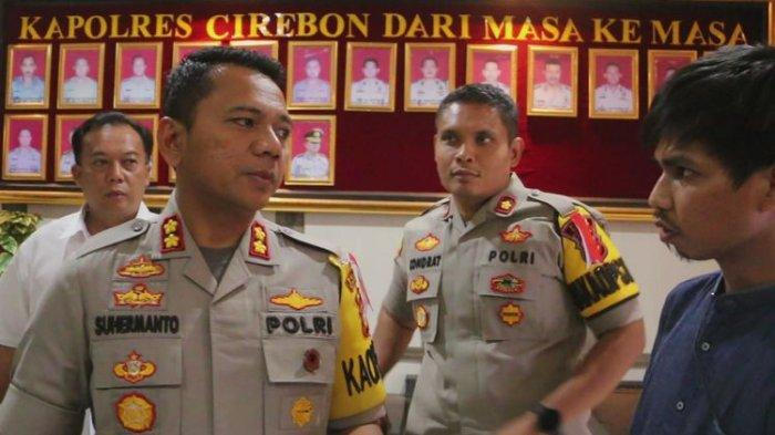 Kapolres Cirebon, AKBP Suhermanto memberikan penjelasan terkait penangkapan IAS kepada sejumlah pekerja media di kantor polisi, Senin (13/5/2019). Polisi masih memeriksa dan mendalami motivasi serta tujuan IAS membuat dan menyebarkan video tersebut.