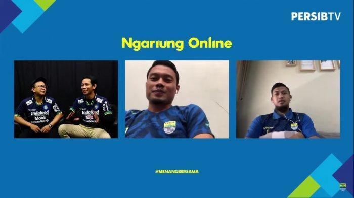 Kiper Persib Bandung, Deden Natshir (kanan) dan gelandang Pangeran Biru (tengah) saat menceritakan kisahnya pada dua host Persib TV.