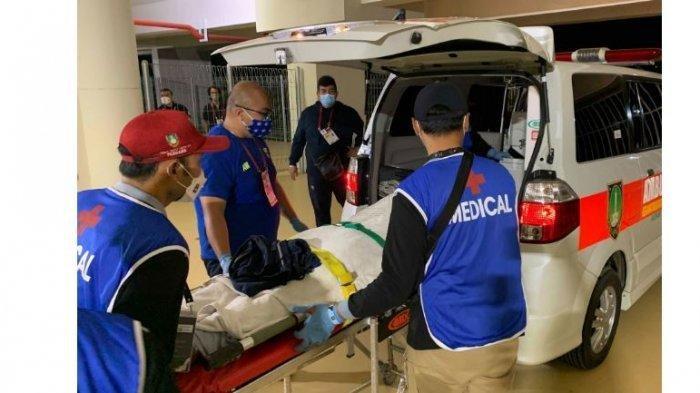 Dedi Kusnandar saat dilarikan ke rumah sakit dalam pertandingan PS Sleman vs Persib Bandung leg kedua Semifinal Piala Menpora 2021 yang berakhir imbang 1-1 di Stadion Manahan, Senin (19/4/2021)