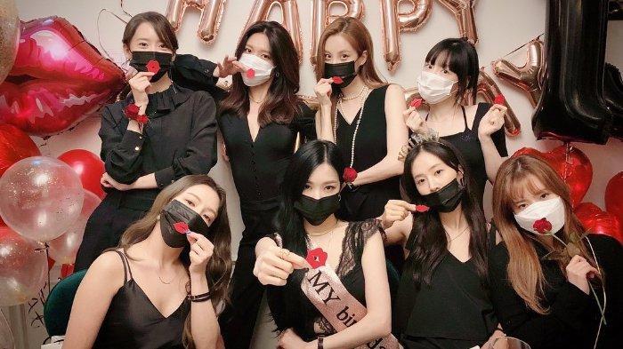 Delapan member SNSD saat merayakan debut ke-13 tahun.