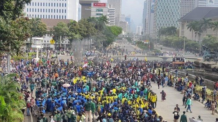 Mahasiswa yang tergabung dalam Aliansi Badan Eksekutif Mahasiswa Seluruh Indonesia (BEM SI) demo tolak UU Cipta Kerja kawasan Patung Kuda, Jakarta Pusat, Selasa (20/10/2020)