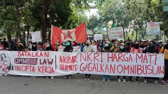 DEMONSTRASI menolak Undang-undang Omnibus Law di Gedung DPRD Sumut, Senin (12/10/2020).