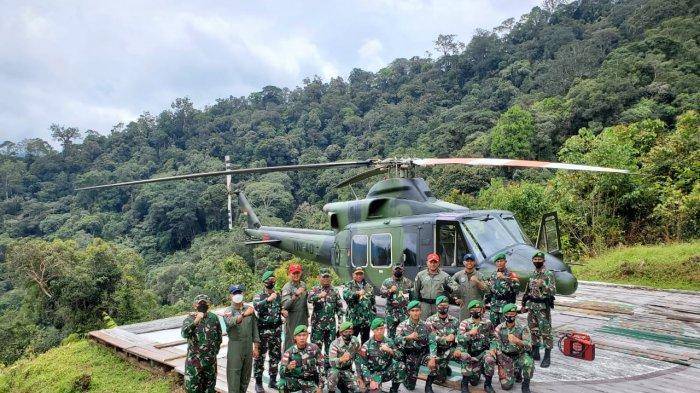 Dengan latar belakang helikopter rombongan, Pangdam VI / Mulawarman Mayjen TNI Heri Wiranto (belakang, no 5 dari kanan) berfoto bersama dengan pasukan penjaga Titik U 444.
